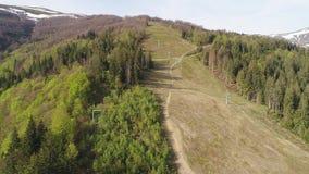 Vlucht over het bos met liften in de bergen Luchtmening van de Oekraïense Karpaten stock videobeelden