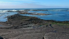 Vlucht over het rotsachtige strand van Kilkee Ierland stock video