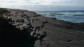 Vlucht over het rotsachtige strand van Kilkee Ierland stock videobeelden