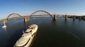 Vlucht over het schip dat langs de Dnieper-rivier gaat stock footage