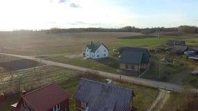 Vlucht over huizen in dorp stock videobeelden