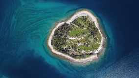 Vlucht over klein eiland in Brijuni-eilanden, Kroatië stock videobeelden