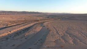 Vlucht over lange weg bij monumentenvallei in Utah - Hommelantenne over auto's in Arizona Het hoogste de lengte van de meningshom stock video