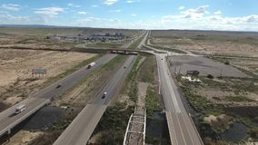 Vlucht over lange weg bij monumentenvallei in Utah - Hommelantenne over auto's in Arizona Het hoogste de lengte van de meningshom stock footage