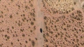 Vlucht over lange weg bij monumentenvallei in Utah - Hommelantenne over auto's in Arizona Het hoogste de lengte van de meningshom stock videobeelden