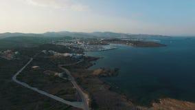Vlucht over lege weg langs de kust van het Egeïsche Overzees stock video
