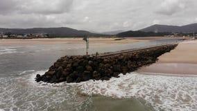Vlucht over loopbrug in de oceaan stock footage
