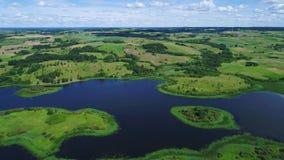 Vlucht over meren en weidenland stock footage