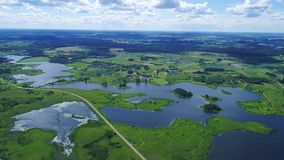 Vlucht over meren en weidenland stock video