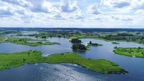 Vlucht over meren en weidenland stock videobeelden