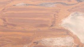 Vlucht over meren in woestijngebied in de wintertijd stock videobeelden