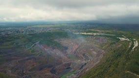 Vlucht over open - gegoten mijn Luchtmening van industrieel landschap na mijnbouw stock videobeelden