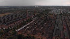 Vlucht over oude fabriek stock footage