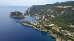 Vlucht over Paleokastritsa-baai, het eiland van Griekenland, Korfu stock video