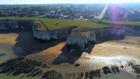 Vlucht over Plantkundebaai met zijn witte klippen in Kent stock footage