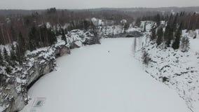 Vlucht over snow-covered canion met bevroren water stock video