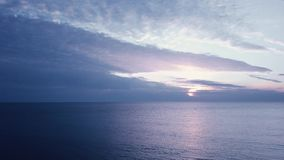 Vlucht over water Zonsondergang in overzees stock footage