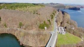 Vlucht over weg door het meer bij de lente stock video