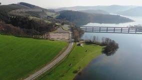 Vlucht over weg door het meer bij de lente stock videobeelden