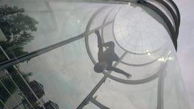 Vlucht skydiver in opleidingswindtunnel Het vliegen in een windtunnel Binnenhemelduik stock videobeelden