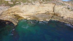 Vlucht van het overzees aan de kust op een mooie dag stock videobeelden