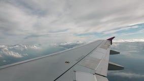 Vlucht van het vliegtuig op een vliegniveau, tegen de achtergrond van blauwe hemel en weefsel volumetrische wolken Mening van stock videobeelden
