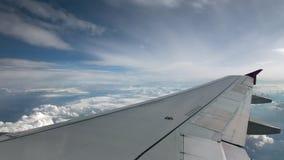 Vlucht van het vliegtuig op een vliegniveau, tegen de achtergrond van blauwe hemel en weefsel volumetrische wolken Zeldzame wolke stock footage