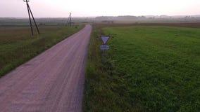 Vlucht voorbij grintweg in platteland stock videobeelden