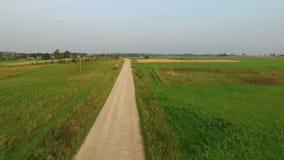 Vlucht voorbij grintweg in platteland stock footage