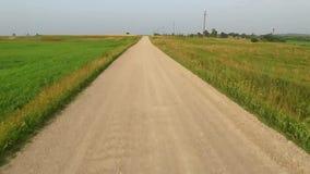 Vlucht voorbij grintweg in platteland stock video