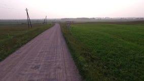 Vlucht voorbij grintweg in platteland achteruit stock video