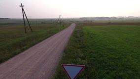 Vlucht voorbij grintweg in platteland achteruit stock videobeelden