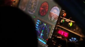 Vluchtdetails op de vertoningen van het cockpitcontrolebord, het systeem van de vliegtuigennavigatie stock videobeelden