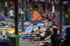 Vluchtelingen bij Keleti-station in Boedapest stock foto