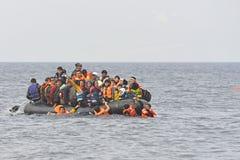 Vluchtelingen in boot op zee Lesvos Griekenland stock foto's