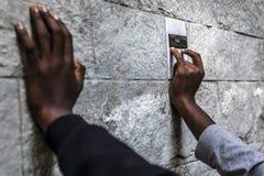 Vluchtelingen in Como dichtbij de Zwitserse grens worden geblokkeerd die royalty-vrije stock fotografie