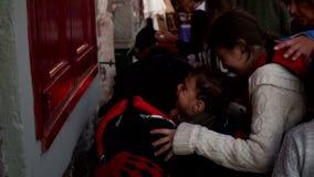 Vluchtelingen die in het overzees werden gered Mithimna, Lesvos stock videobeelden
