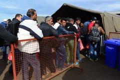 vluchtelingen die Hongarije verlaten stock afbeeldingen