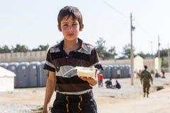 Vluchtelingen die in tenten in de centrumverhuizing Diavata leven stock foto's