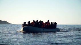 Vluchtelingen, die tot het Eiland Lesbos de zwemmen, schreeuwen Allah Akbar! stock footage