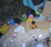 Vluchtelingskind in kamp Lesvos Griekenland stock afbeelding