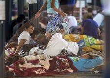 Vluchtelingskinderen die bij Keleti-station in Boedapest spelen Stock Fotografie