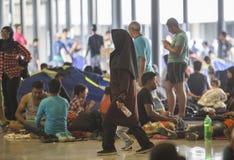 Vluchtelingskinderen die bij Keleti-station in Boedapest spelen Stock Afbeelding