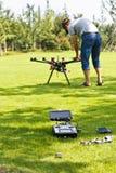 Vluchtenthousiasten die UAV Octocopter in Park zuiveren royalty-vrije stock afbeelding