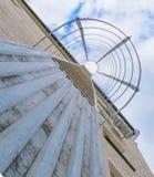 Vluchtladder op de muur Trap aan toevluchtsoord stock foto