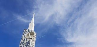 Vluchtvliegtuig tegen de achtergrond van wolkenkrabbers Royalty-vrije Stock Fotografie