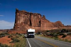 välva sig camparen som kör nationalparken rv USA utah Arkivfoto