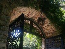 Välvd båge på den trädgårds- passagen Royaltyfri Fotografi