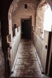 Välvd passage i den Corvin slotten, Rumänien Royaltyfri Bild