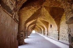 Välvd passage på Mandu Arkivbilder